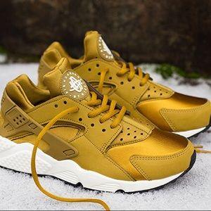 Nike Huarache Bronzine Gold Sneakers
